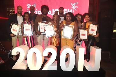 Empreeendedores mostram os selos na Cerimônia do Shell Iniciativa Jovem